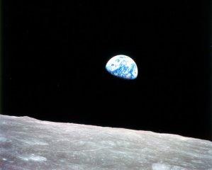 Snímek vycházející Země nad Měsícem z Apolla 8 patří k jednomu z nejslavnějších svého druhu na světě. Foto: NASA.
