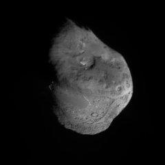 Jádro komety Tempel 1. Snímek je složen z obrázků pořízených impaktorem během přibližování, proto je v mítě (budoucího) dopadu ostřejší.