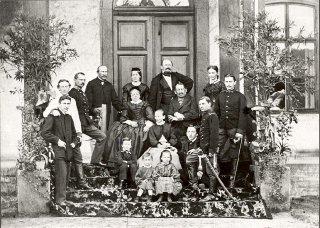 Rodinná fotografie Krausů. Sedící chlapec s tečkou vlevo dole je pětiletý Artur Kraus.