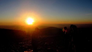 Vyhlížení Slunce v cca 1 603 m. n. m. za jasného nebe. Autor: Miriam Gruberová